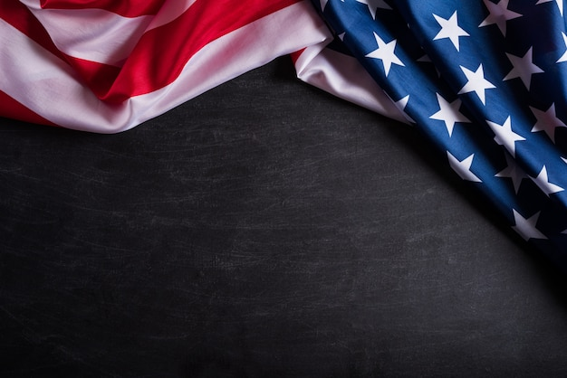 ハッピー退役軍人の日。黒板背景にアメリカ国旗。