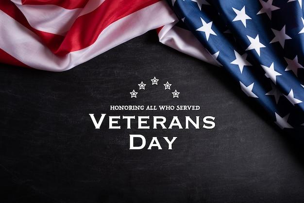 ハッピー退役軍人の日。黒板背景にテキストでアメリカの国旗