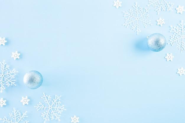 青の背景にクリスマス装飾背景