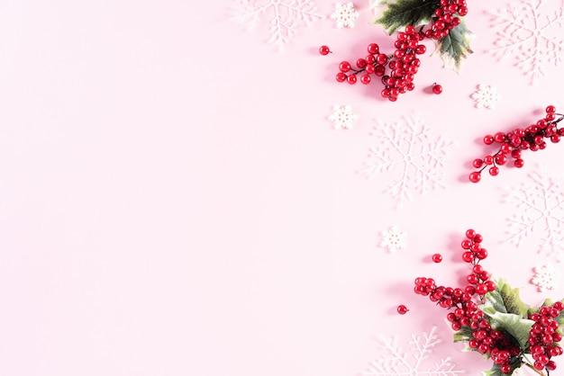 ピンクの背景のクリスマスの装飾の平面図です。