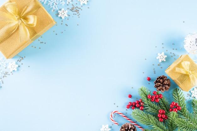 水色のパステル調の背景にクリスマスの背景。