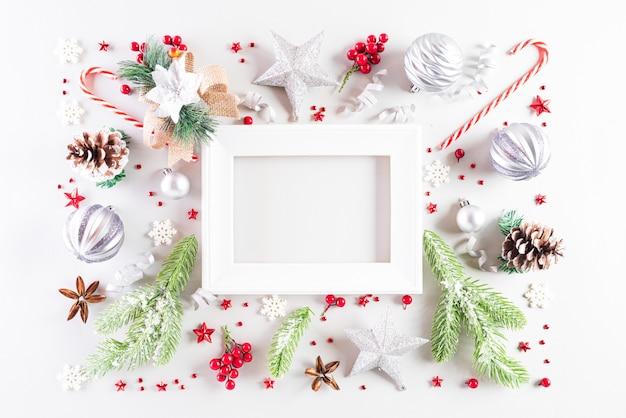テキストのための白い背景の上のクリスマス休暇組成。