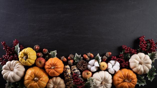 秋のもみじは感謝祭の日にカボチャを離れます。