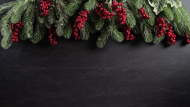 黒い木製の背景にクリスマス。
