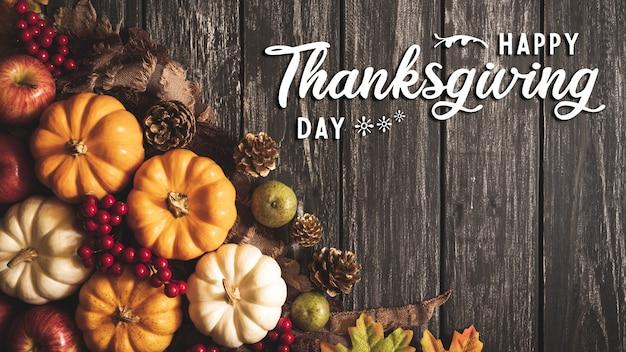 秋のカエデの平面図は、感謝祭の日の概念のためのカボチャの葉します。