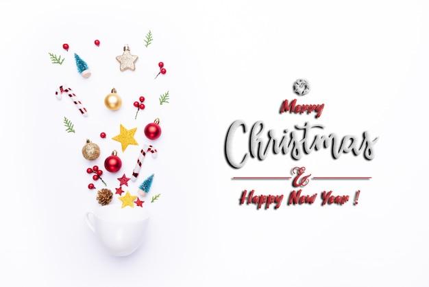 Белая чашка всплеск вне рождественские украшения на белом фоне.