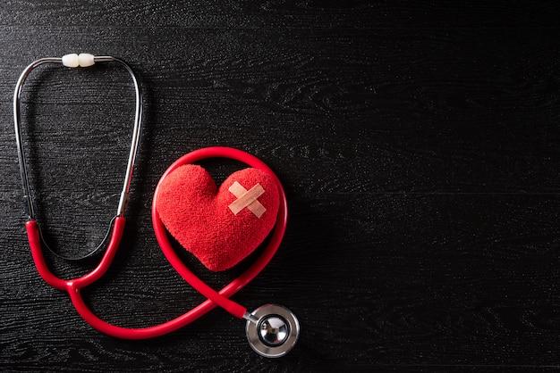 世界保健デー、および黒い木製テーブルバックグラウンドテクスチャの医療コンセプト。