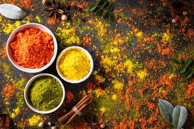 ホーリー祭のお祝い。伝統的なインドのホーリー色の粉末装飾