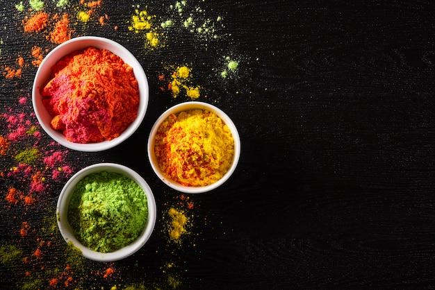 ホーリー祭のお祝い。伝統的なインドのホーリー色の粉末の装飾