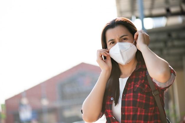 Крупным планом женщины в костюме носить защитную маску и кашель
