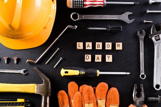 黒いテーブルの壁に幸せな労働者の日のコンセプト