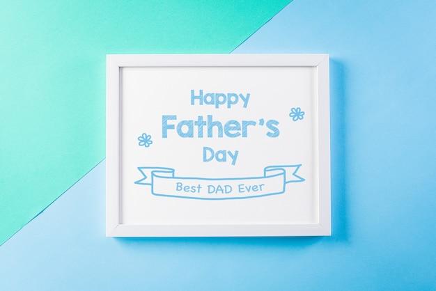 Фоторамка с текстом «день отца» на яркой пастельной стене.