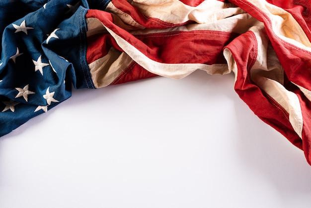 День памяти. американские флаги на белой стене