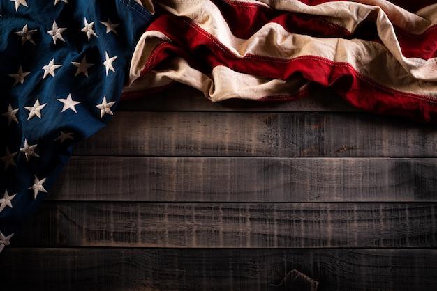 День памяти. американские флаги на старой деревянной стене
