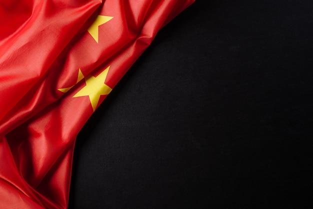 黒い壁に中華人民共和国の平面図フラグ。