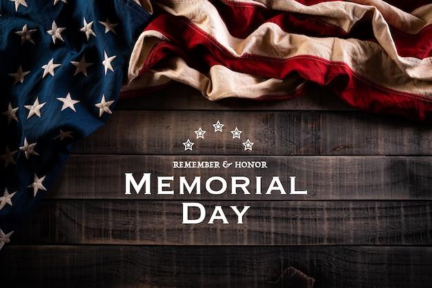 С днем памяти. американские флаги на старой деревянной стене