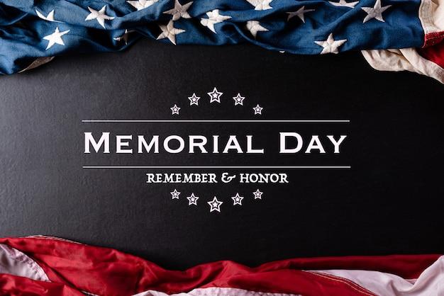 День памяти. американские флаги с текстом против черной стены.