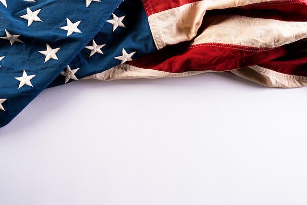 С днем памяти. американские флаги на белой стене