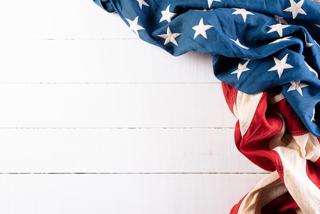 Американские флаги на белой деревянной стене