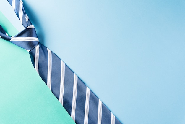 Счастливый день отцов концепция с синим символом галстука