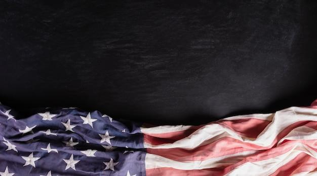 黒の背景にアメリカの国旗。