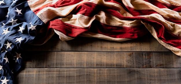 古い木製の背景に対してアメリカの国旗。