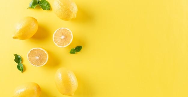 レモンと緑の葉。フルーツの最小限のコンセプト。フラットは、スペースで横たわっていた。
