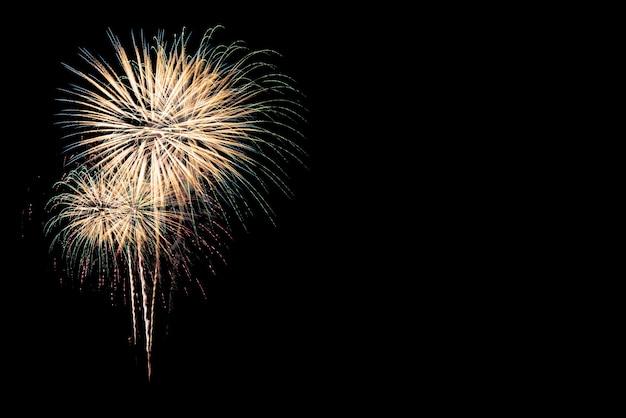 黒の背景にお祝いのためのカラフルな花火のディスプレイ。