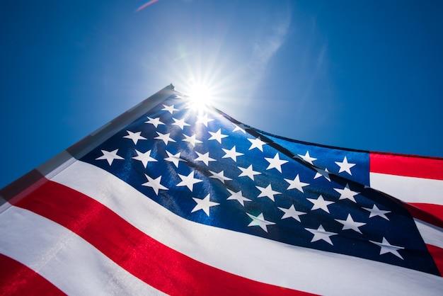 Флаг соединенных штатов америки на фоне голубого неба.
