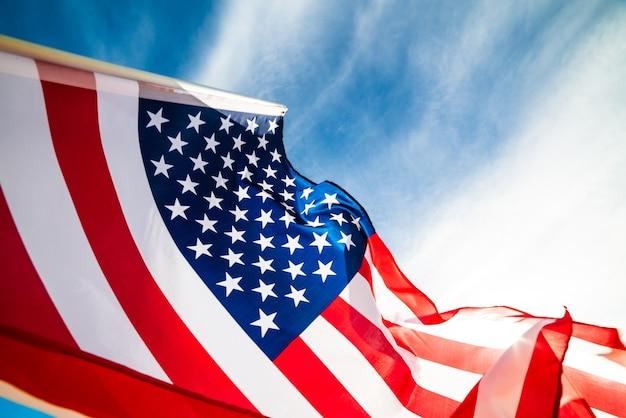 Флаг соединенных штатов америки на фоне голубого неба