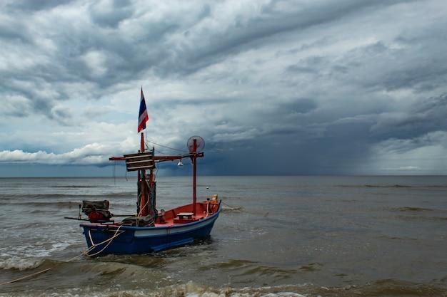 漁船と海に降っている雨。