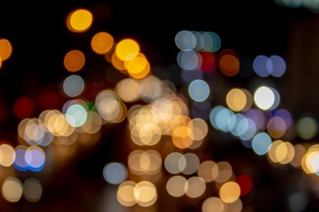 バックグラウンドとして使用されている道路上の車の灯りが灯ります。
