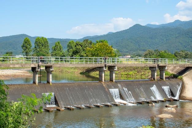 川の堰の上のコンクリート橋。山から流れ出るもの