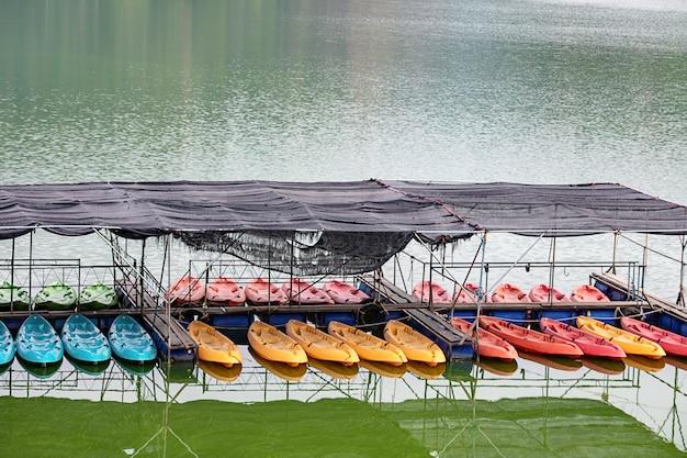 ワンボンダムナコーンナーヨック、タイの港の駐車場でのカヤック