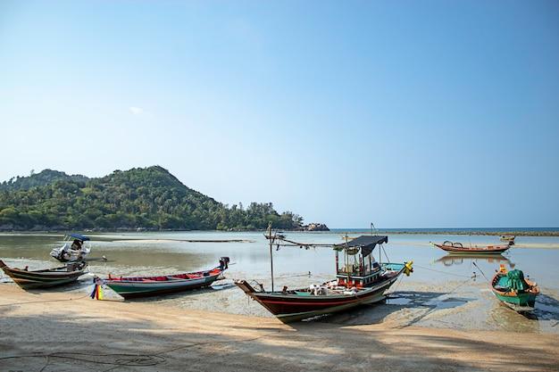 パンガン島、タイのスラートターニーのビーチに停泊する漁船
