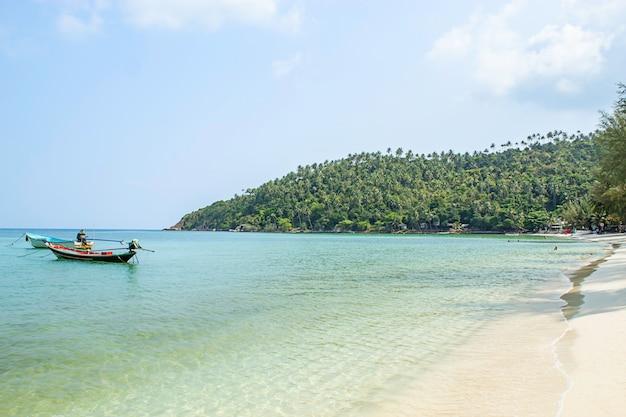 漁船はハードサラダ、パンガン島、タイのスラートターニーのビーチに駐車しました。