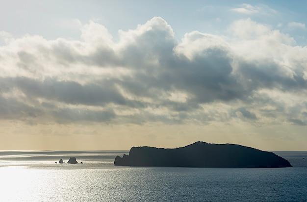空の美しさタイのチュムポーンの海とラエット島。
