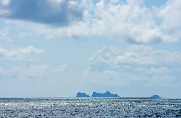 空の美しさタイのチュムポーンの海と島。