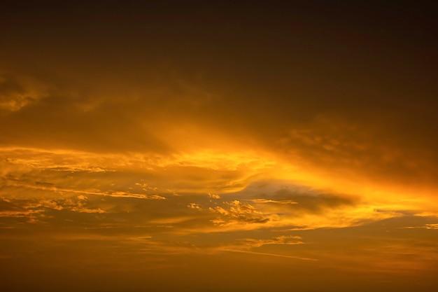 太陽と空の雲の黄金色の光。