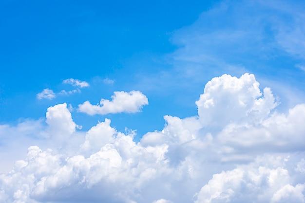 雲と太陽と空の美しさ。