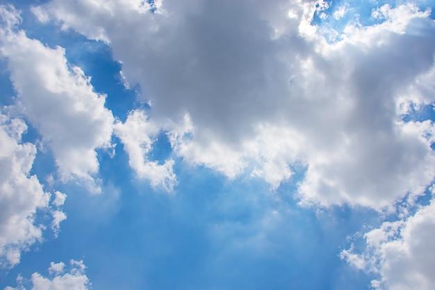 Красота неба с облаками и солнцем летом.