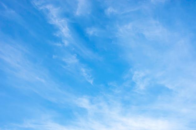 Красота неба с облаками и солнцем.