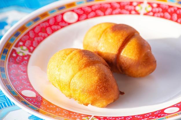 中国の蒸しパンまたはマントウテーブルの上のプレート。