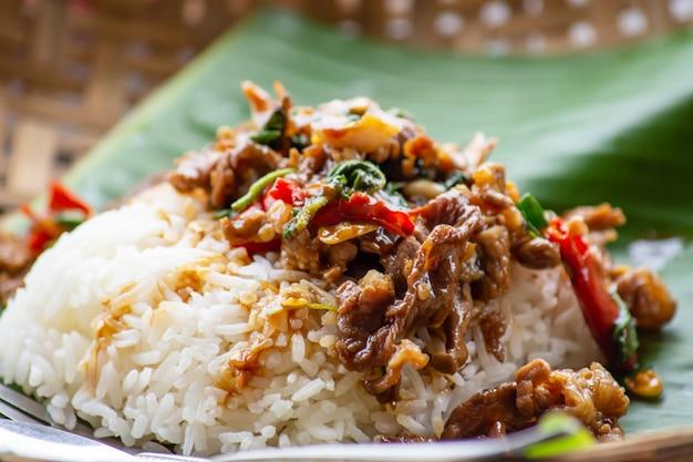 Жареная говядина с базиликом и рисом