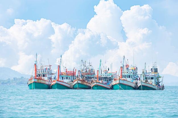 海に停泊する大型漁船。