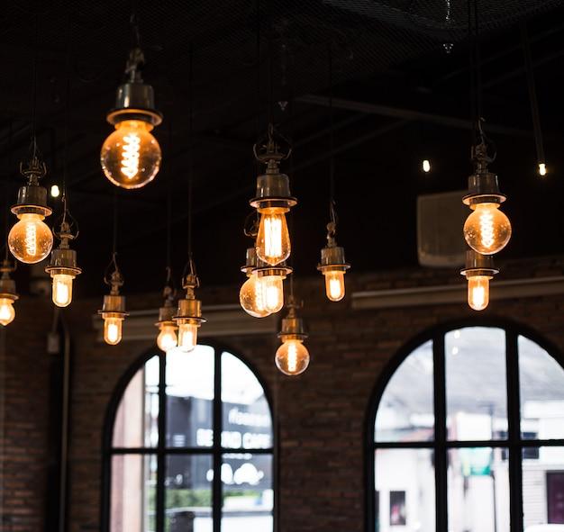 カフェのインテリアランプの光、ロフトのビンテージスタイル。正方形の写真