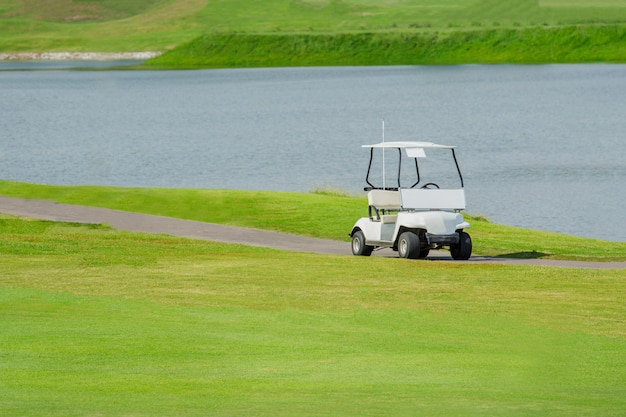 グリーンゴルフコースのホワイトゴルフカー