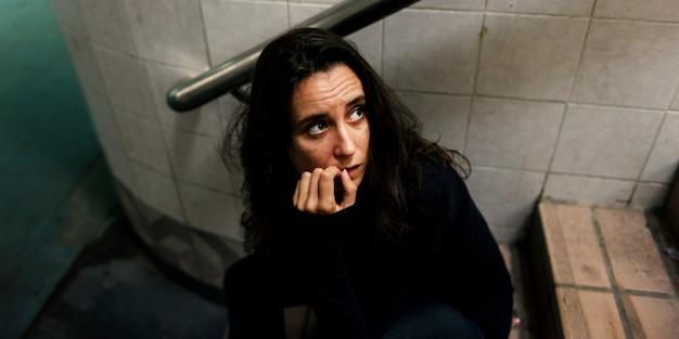 Макрофотография женщина сидит обеспокоены на лестнице