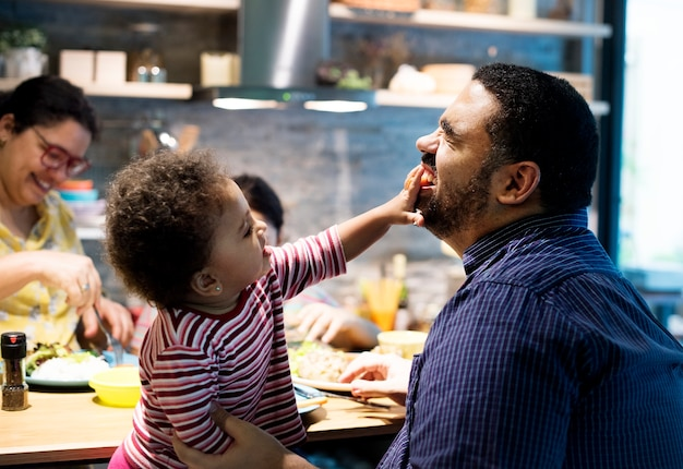 小さな赤ちゃんの娘と遊ぶお父さん