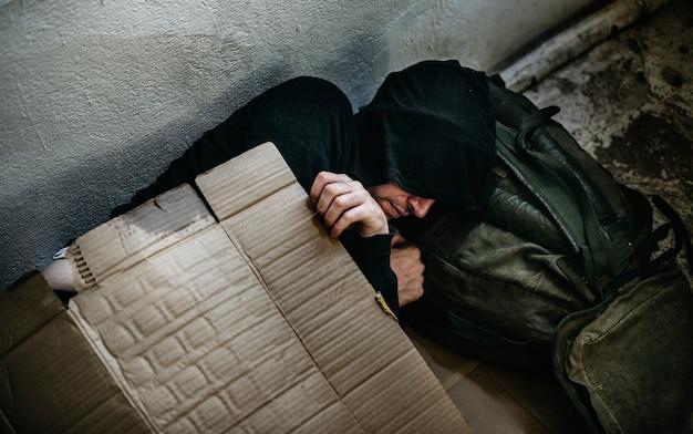 Бездомный спящий на улице